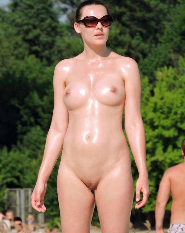 ヌーディストビーチでサングラスかけた外国人美女 8
