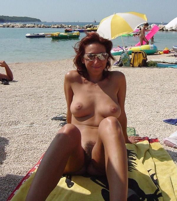 ヌーディストビーチでサングラスかけた外国人美女 11