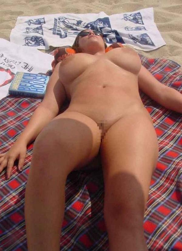 ヌーディストビーチでサングラスかけた外国人美女 20