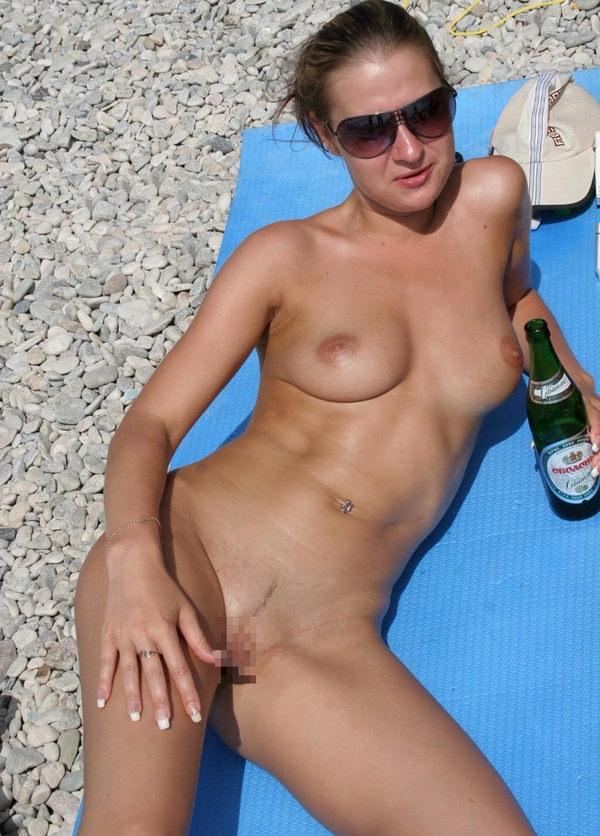ヌーディストビーチでサングラスかけた外国人美女 23