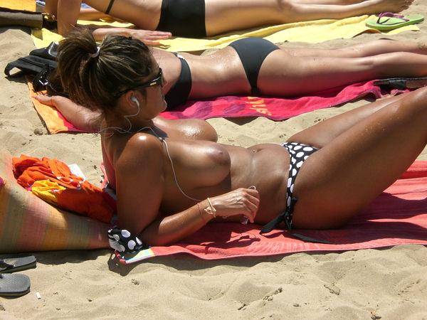 ヌーディストビーチでサングラスかけた外国人美女 24