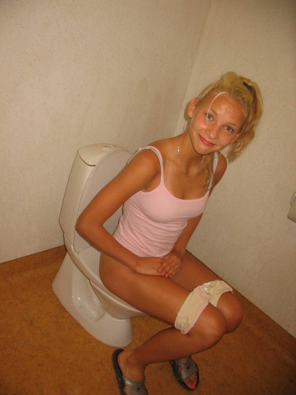 トイレでおしっこ中の外国人素人 4