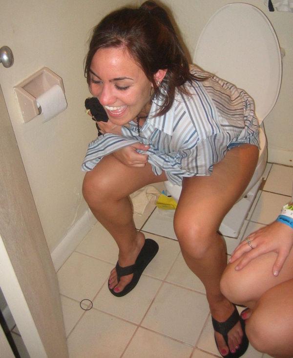 トイレでおしっこ中の外国人素人 7