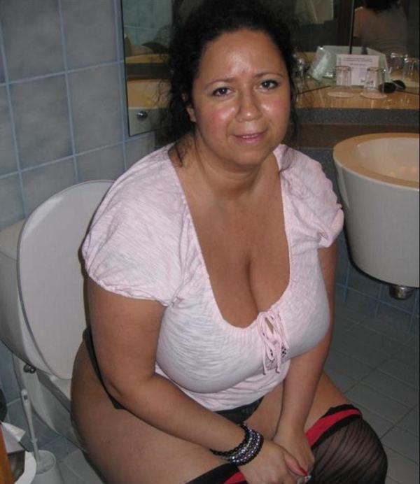 トイレでおしっこ中の外国人素人 9