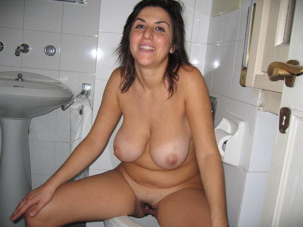 トイレでおしっこ中の外国人素人 10