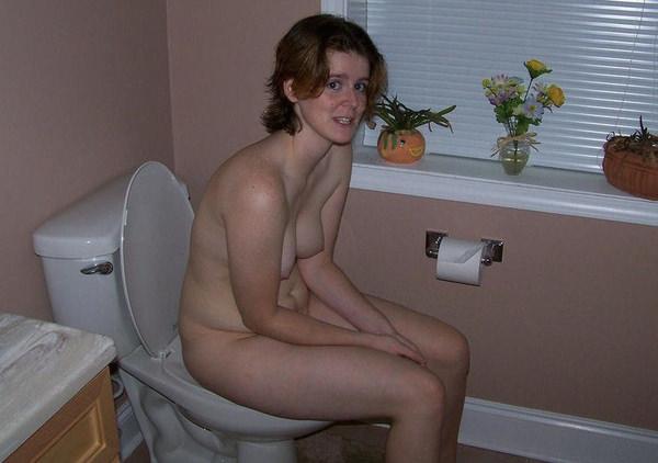 トイレでおしっこ中の外国人素人 15