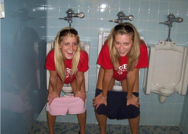 トイレでおしっこ中の外国人素人 21