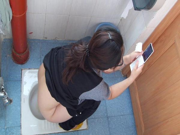 トイレでおしっこ中の外国人素人 24