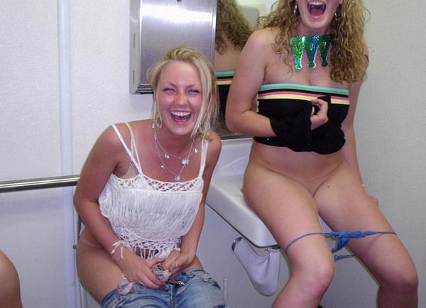 トイレでおしっこ中の外国人素人 26