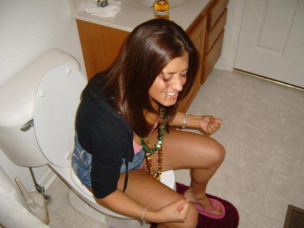 トイレでおしっこ中の外国人素人 29