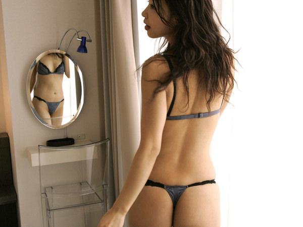 大人の色気を感じるセクシー下着を身に着けた女の子 30
