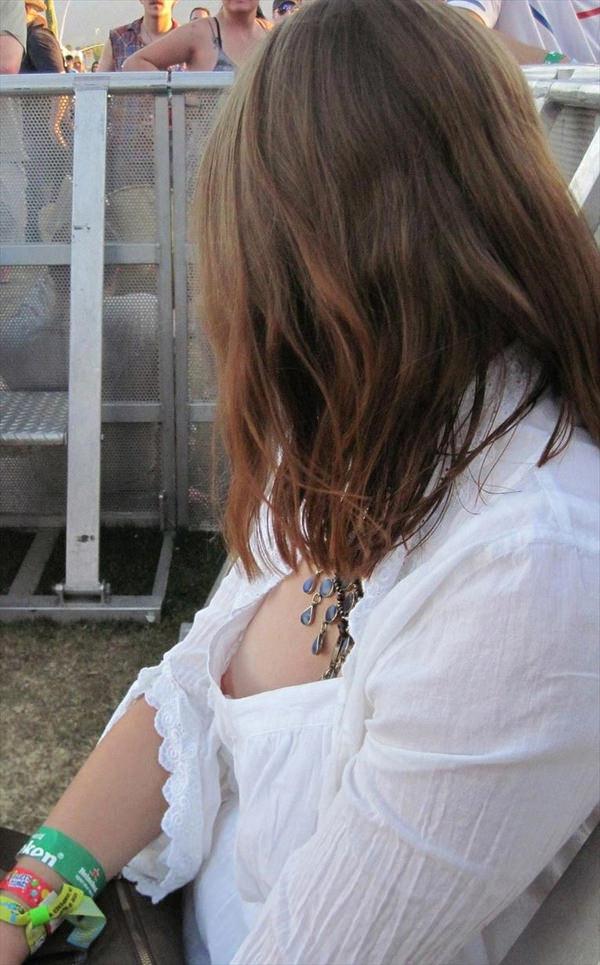 ノーブラ素人の胸チラ 19