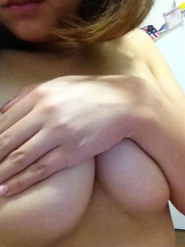 巨乳素人の手ブラ自撮り 24