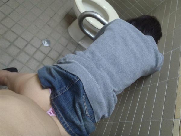 トイレでセックスする素人カップル 3