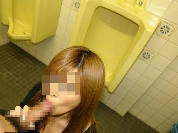 トイレでセックスする素人カップル 6