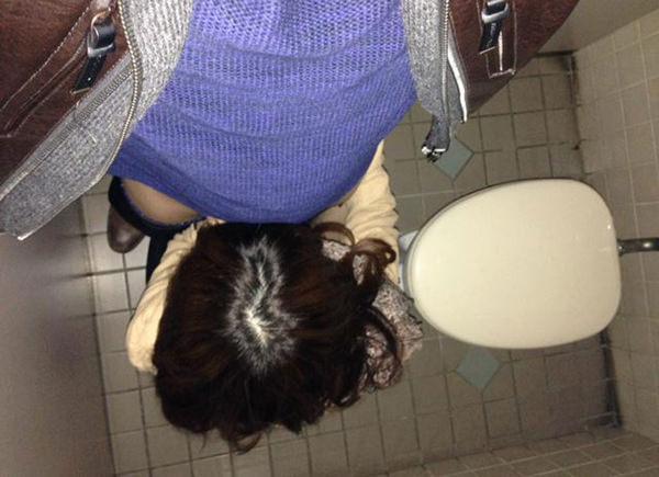 トイレでセックスする素人カップル 15