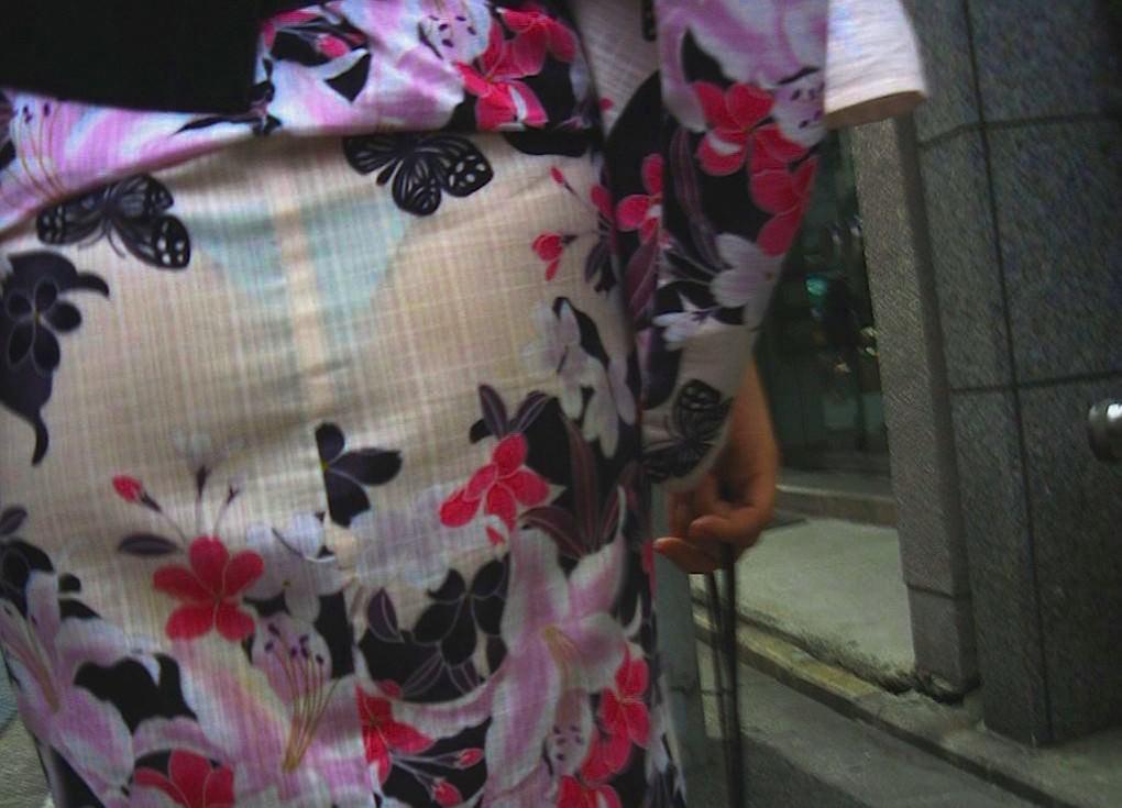 浴衣の女子の恥ずかしい透けパンを街撮り☆☆