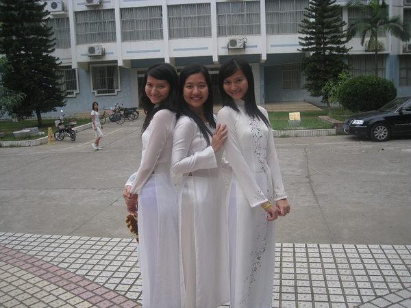 透けてるベトナムの民族衣装アオザイ 1