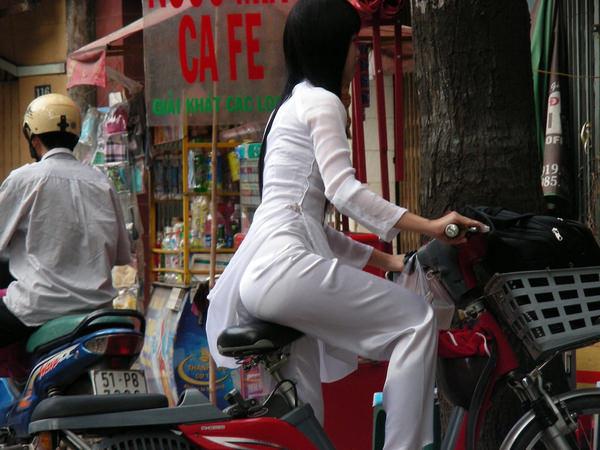 ベトナム人美少女の透けアオザイ 13