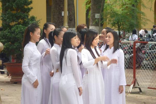 透けてるベトナムの民族衣装アオザイ 17