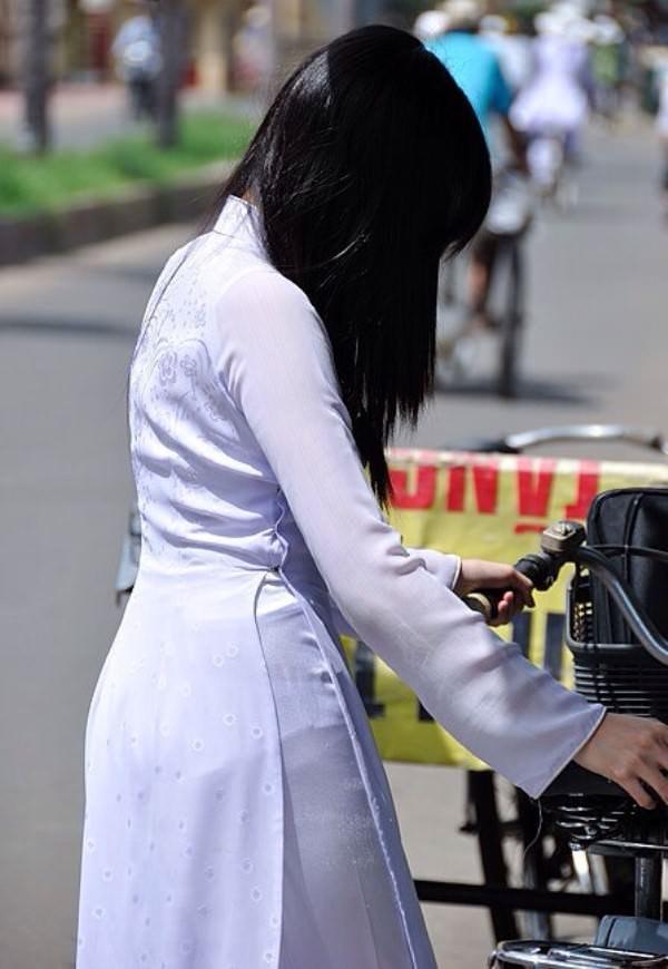 ベトナム人美少女の透けアオザイ 32