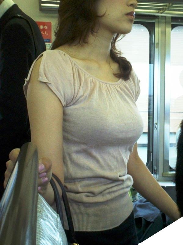 電車内の素人の着衣巨乳 2