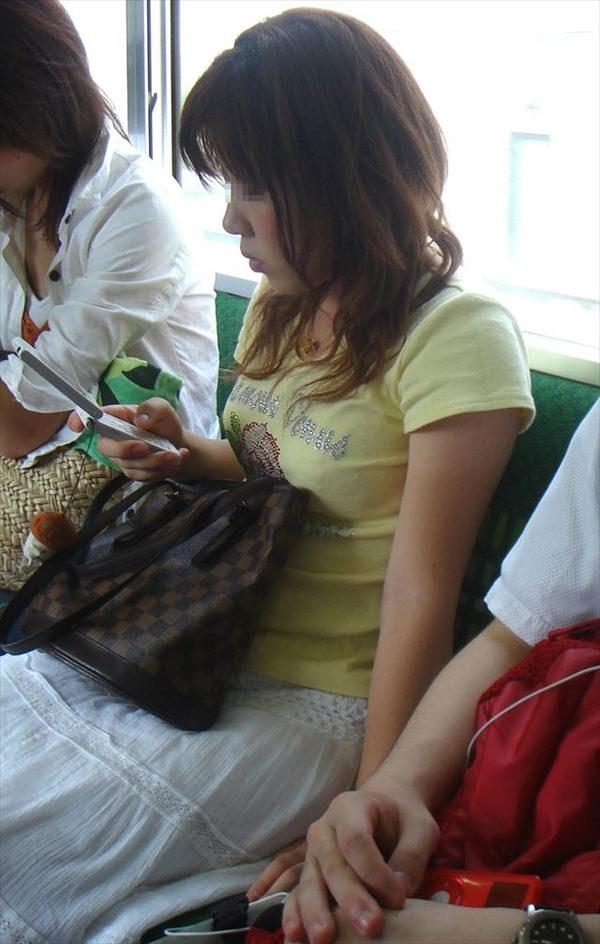 電車内の素人の着衣巨乳 6