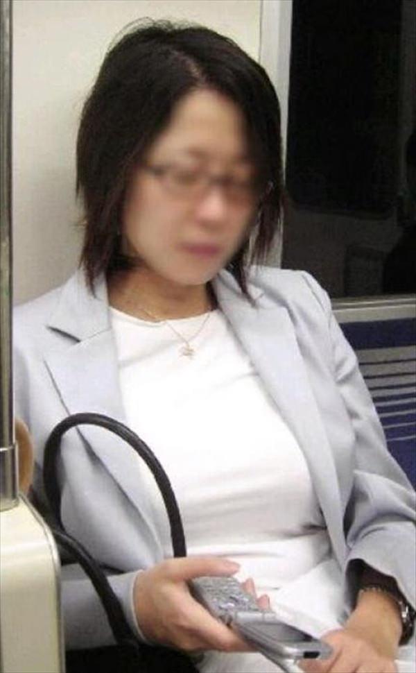 電車内の素人の着衣巨乳 11