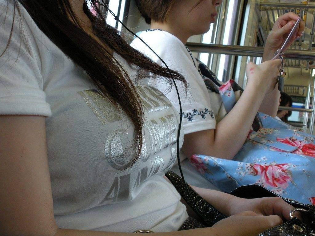 【素人】通勤中の男の視線を釘付けにする電車内着衣巨乳画像