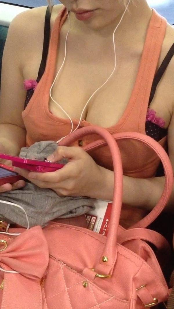 電車内の素人の着衣巨乳 20