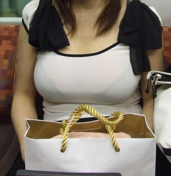 電車内の素人の着衣巨乳 25