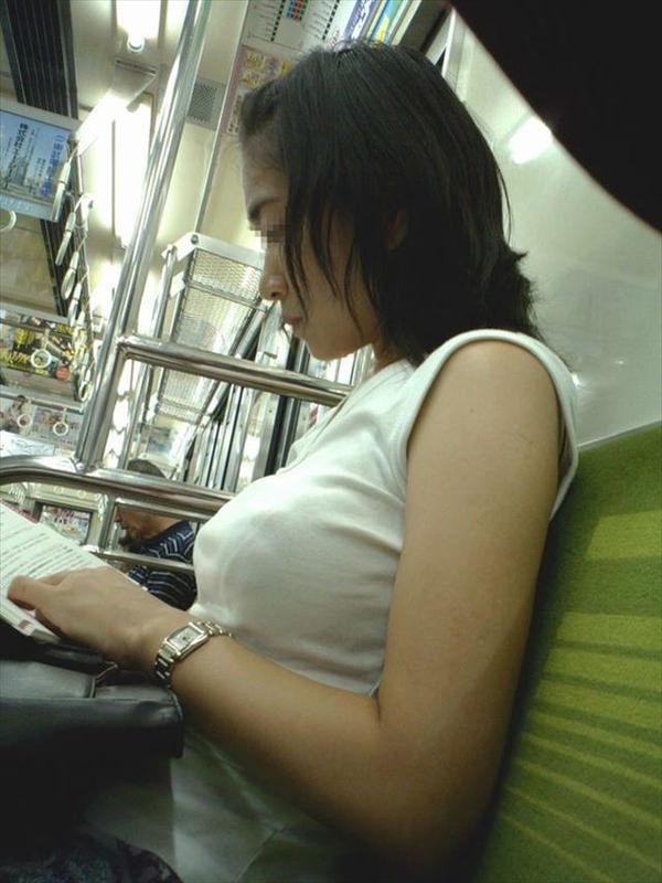 電車内の素人の着衣巨乳 38