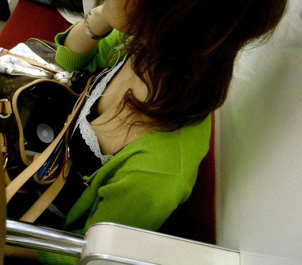 電車内の素人の着衣巨乳 47