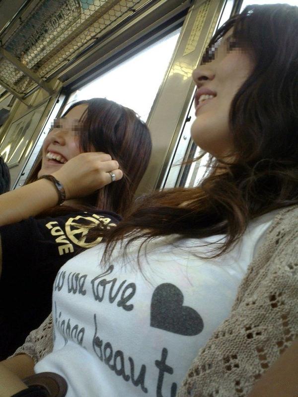電車内の素人の着衣巨乳 52