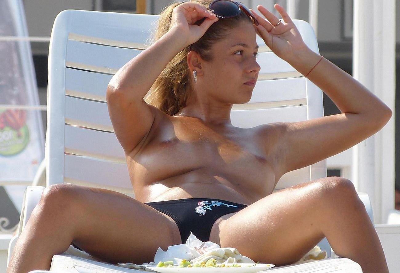 ヌーディストビーチでこんがり小麦色に日焼けした外国人シロウトのお乳写真