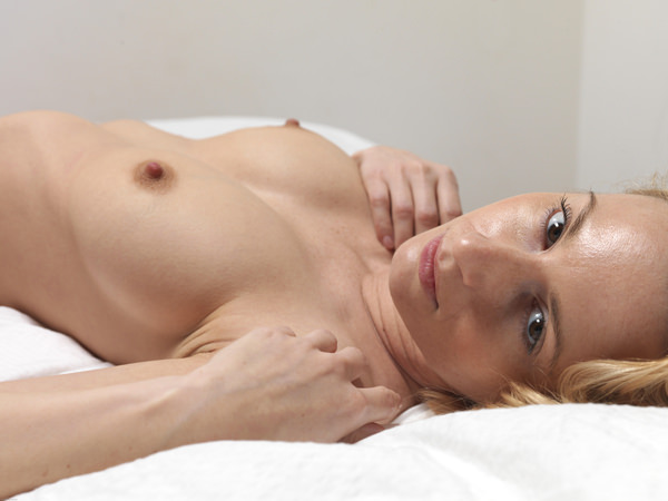 外国人女性の勃起乳首 9