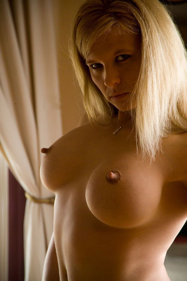 外国人女性の勃起乳首 11