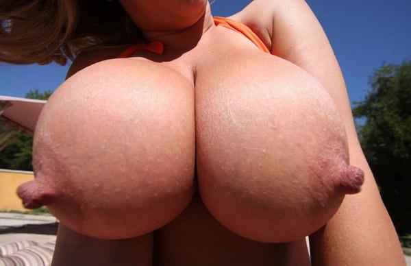外国人女性の勃起乳首 13
