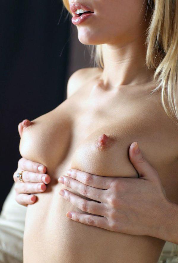 外国人女性の勃起乳首 29