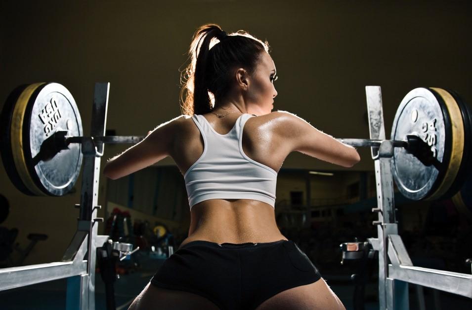 スポーツジムでトレーニング中のsexyな外国人モデル写真