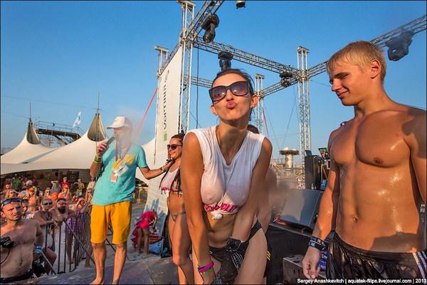外国人美女が濡れTシャツで透け乳首 1