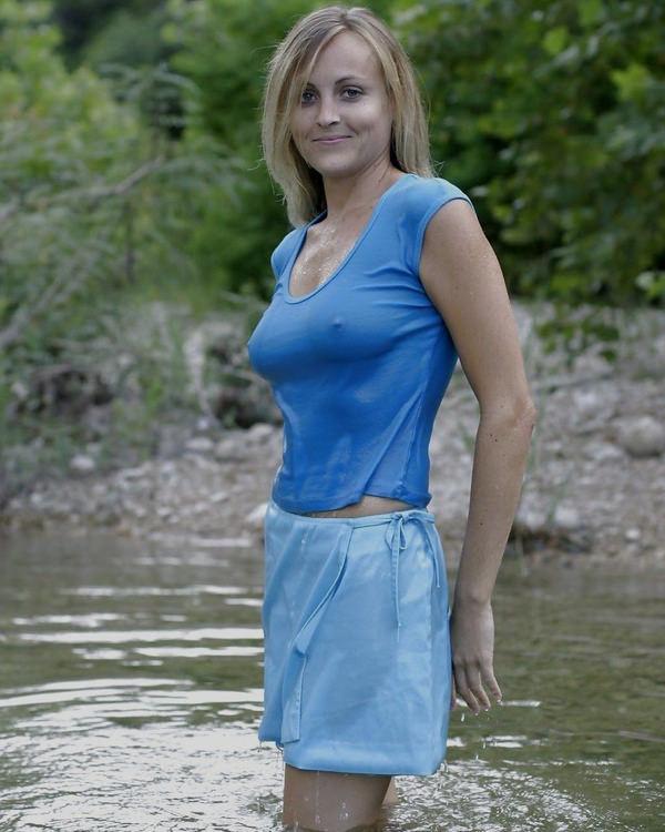 外国人美女が濡れTシャツで透け乳首 5