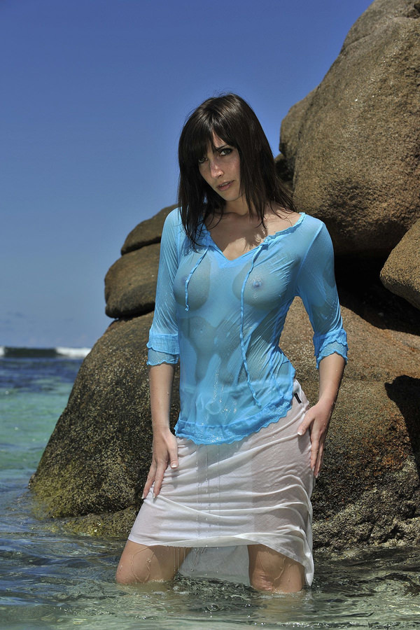 外国人美女が濡れTシャツで透け乳首 6