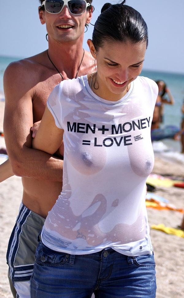 外国人美女が濡れTシャツで透け乳首 8