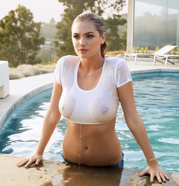 外国人美女が濡れTシャツで透け乳首 15