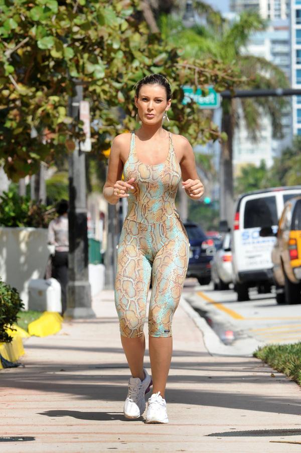 ジョギング中の外国人セクシー美女 38