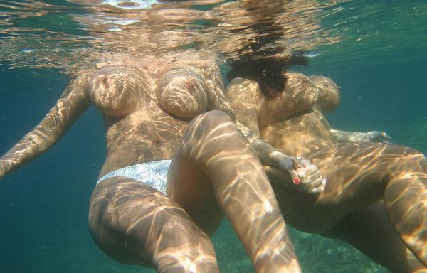 外国人の水中おっぱい 11