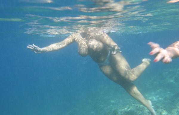 外国人の水中おっぱい 12