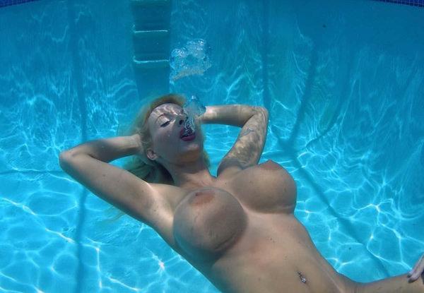外国人の水中おっぱい 15