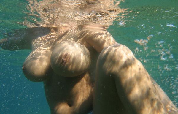 外国人の水中おっぱい 20